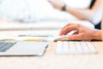 Apple mus og keyboard foran computer