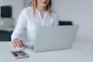 Kvinde bruger computer til at researche
