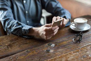 mobil og kaffe